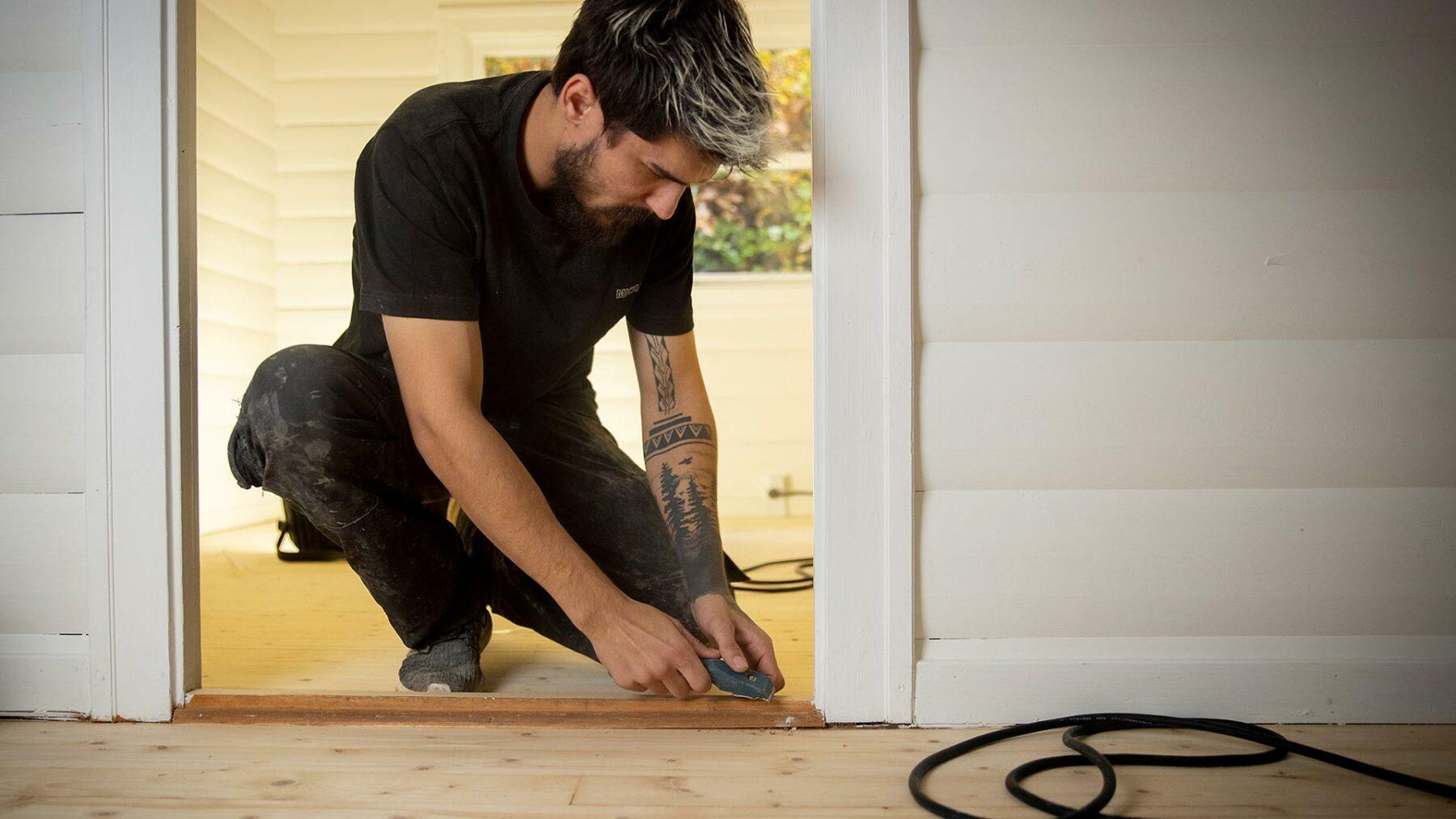 Håndværker arbejder med gulv